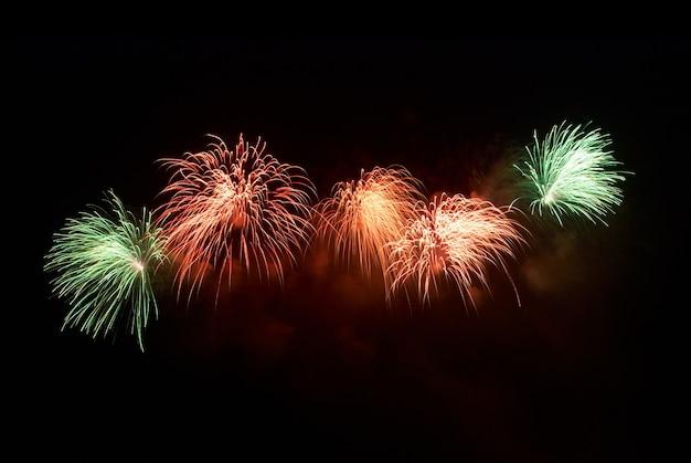 Bela saudação e fogos de artifício com fundo de céu negro.