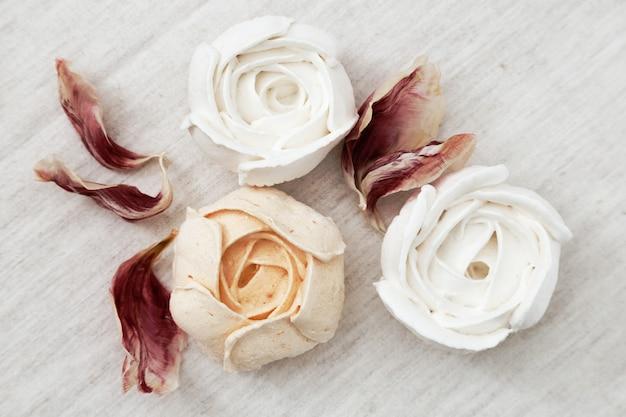 Bela sobremesa deliciosa. zéfiro em forma de flores.