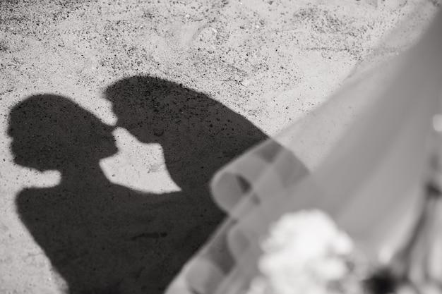 Bela sombra com silhuetas de amantes o casal celebra o dia dos namorados a noiva e o noivo ...