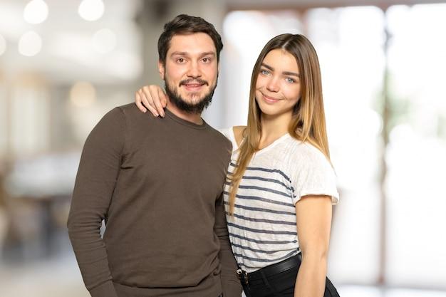 Bela sorridente casal posando