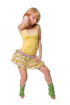 Bela stripper vestindo vestido amarelo no fundo branco