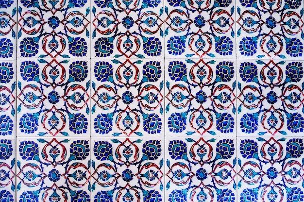 Bela superfície da mesa, feita de azulejos antigos