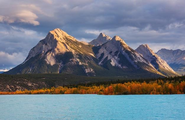 Bela temporada de outono nas montanhas canadenses. fundo de outono.