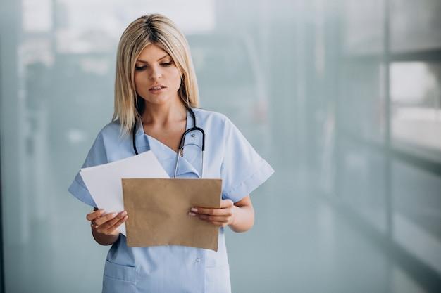 Bela terapeuta na clínica