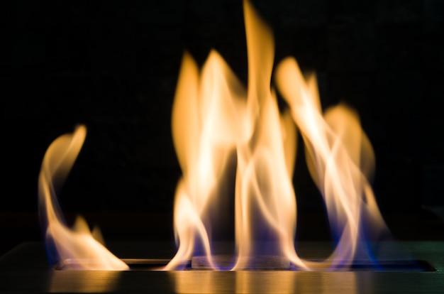 Bela textura de fogo, lareira com etanol.