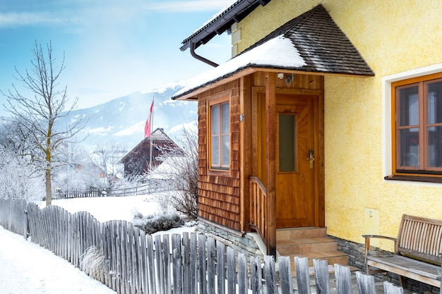 Bela varanda de madeira coberta de neve nos alpes austríacos