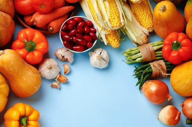 Bela variedade de vegetais coloridos em fundo azul