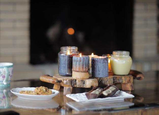 Bela vela em chamas na mesa de madeira