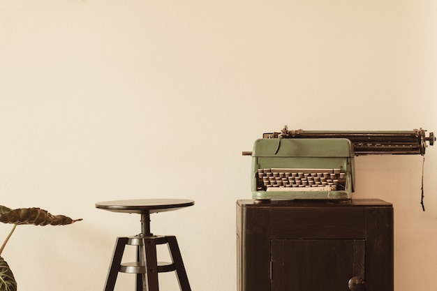 Bela velha máquina de escrever no armário de madeira
