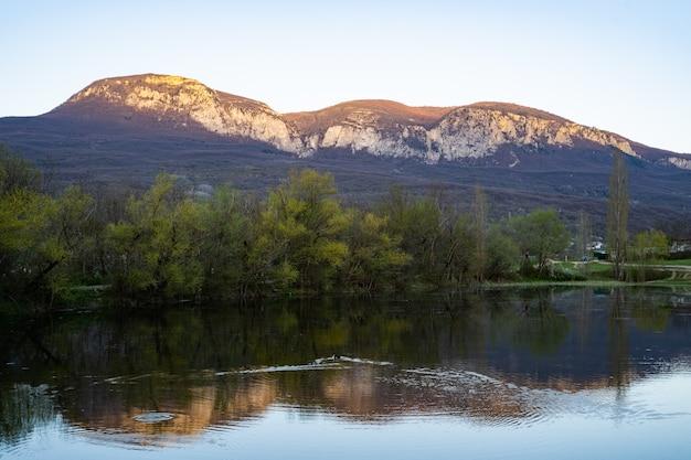Bela verão alpina montanha lago gosausee vista e sol no céu alpes áustria bela natureza ...