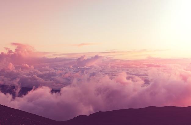 Bela vista acima das nuvens nas montanhas