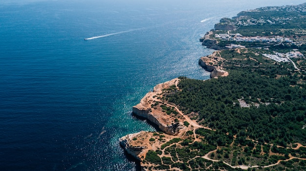 Bela vista aérea acima da costa do algarve em portugal.