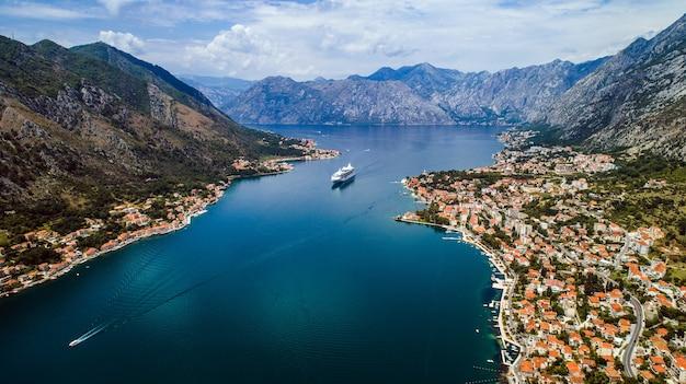 Bela vista aérea da baía de kotor. navio de cruzeiro atracado em um lindo dia de verão.