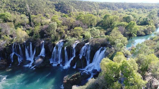 Bela vista aérea da cachoeira