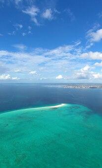 Bela vista aérea da ilha tropical de zanzibar. mar na praia de zanzibar, na tanzânia.