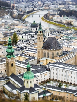 Bela vista aérea da lente tilt shift de salzburgo, áustria