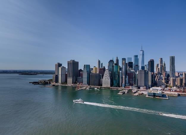 Bela vista aérea da paisagem urbana de manhattan, ao longo do rio hudson, nova york, eua