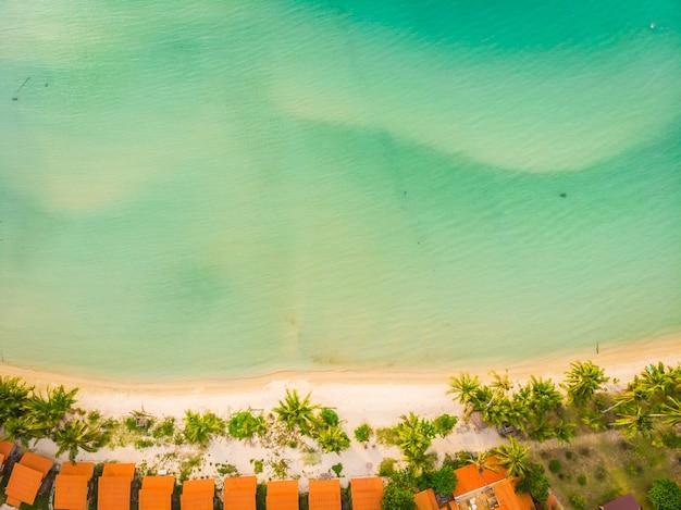 Bela vista aérea da praia e do mar