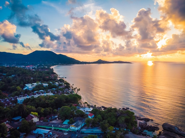 Bela vista aérea da praia e mar ou oceano