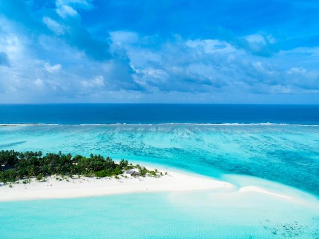 Bela vista aérea das maldivas e da praia tropical. conceito de viagens e férias