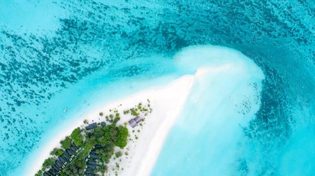 Bela vista aérea das maldivas e da praia tropical. vista do topo