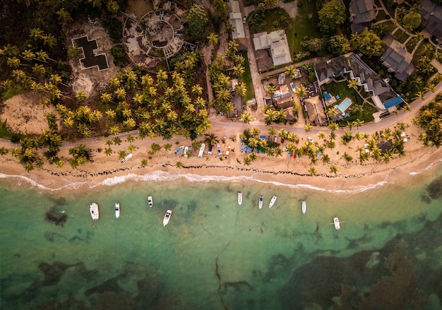 Bela vista aérea de casas e pequenos barcos estacionados perto da praia