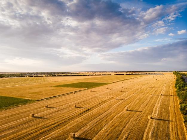 Bela vista aérea de palheiros no campo no pôr do sol