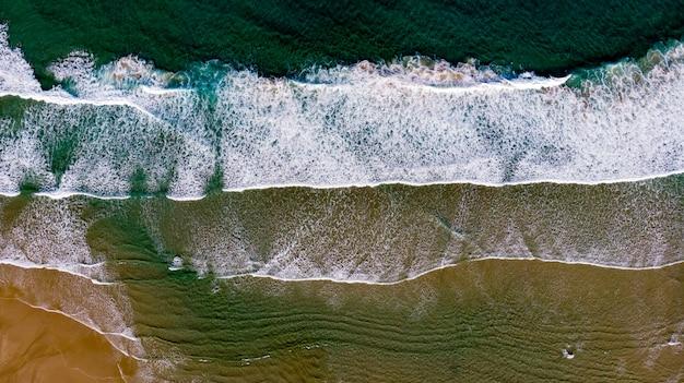 Bela vista aérea de uma praia com ondas