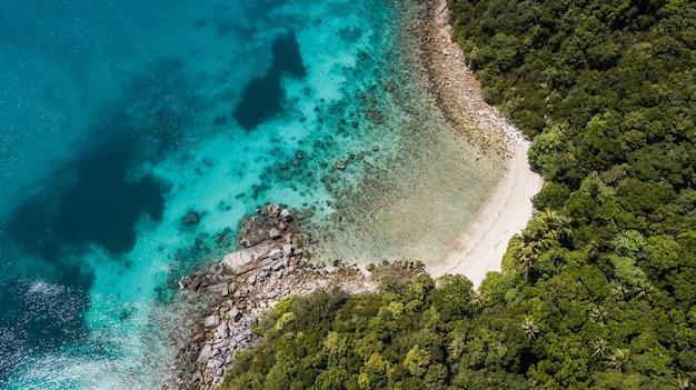 Bela vista aérea de uma praia paradisíaca. destino de viagem no verão