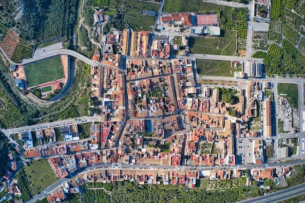 Bela vista aérea de uma vila com campos
