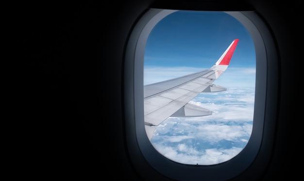 Bela vista aérea do céu da janela do avião enquanto viaja de avião com espaço de cópia para o banner de publicidade de viagens