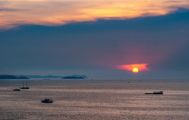 Bela vista aérea do mar na hora do crepúsculo do nascer do sol com a sombra da sombra do barco de sombra
