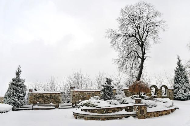 Bela vista após neve forte no inverno no parque da cidade