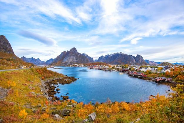 Bela vista colorida da paisagem de reine nas ilhas lofoten