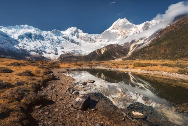 Bela vista com pedras altas, com picos cobertos de neve