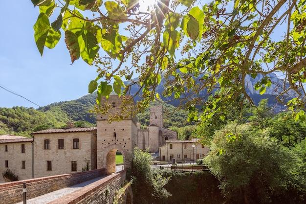 Bela vista da abadia católica romana san vittore alle chiuse da ponte medieval. genga. marche, itália