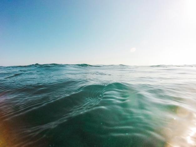 Bela vista da água do oceano azul