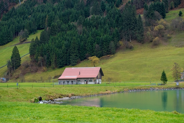 Bela vista da aldeia rural e montanha no outono em engelberg, suíça