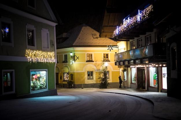 Bela vista da antiga rua estreita na cidade austríaca à noite