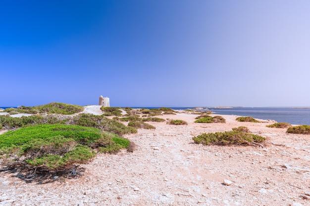 Bela vista da antiga torre de observação em ibiza, espanha