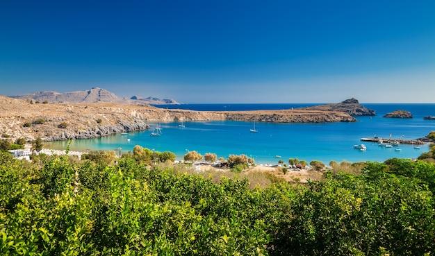 Bela vista da baía de lindos, ilha de rodes, grécia