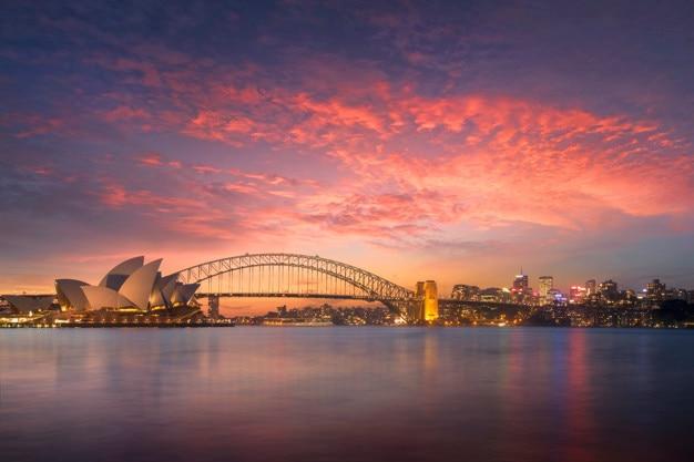 Bela vista da baía de sydney ao pôr do sol do ponto de vista da cadeira da sra. macquarie à noite