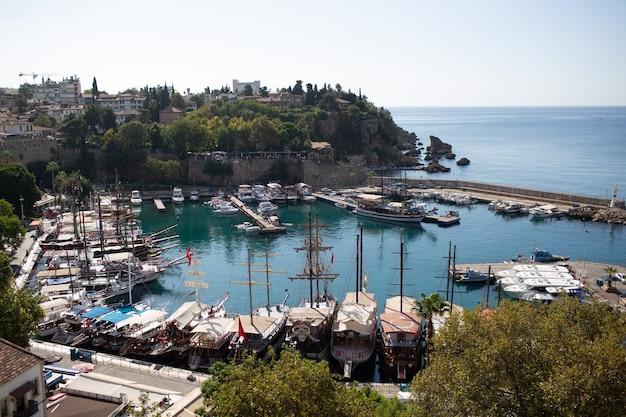 Bela vista da baía do porto de antalya, na turquia, no verão