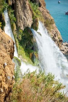 Bela vista da cachoeira duden em antalya, turquia