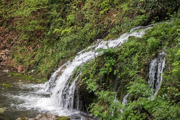 Bela vista da cachoeira natural com água cristalina amo