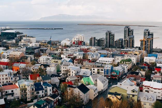 Bela vista da capital reykjavik da islândia vista do topo