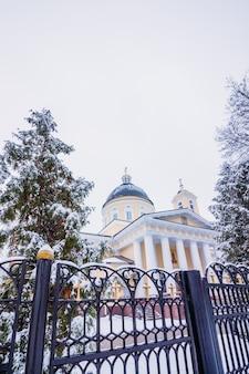Bela vista da catedral de pedro e paulo no gomel