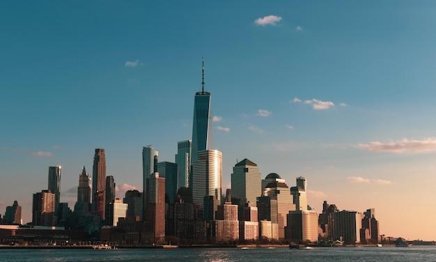 Bela vista da cidade com arranha-céus altos perto do mar na cidade de nova york, eua