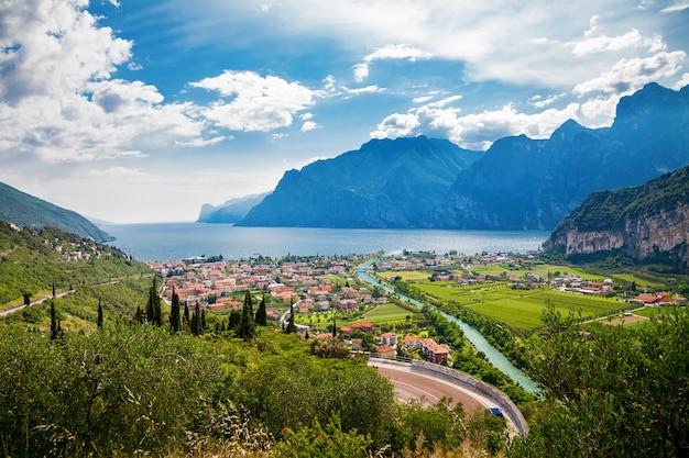Bela vista da cidade de nago torbole e dos rios sarca, lago garda, trentino, itália