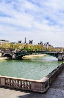 Bela vista da cidade de paris ponte pont sully através do rio sena, frança, abril